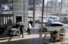 Concessionnaire à Krasnoyarsk en Sibérie. Le gouvernement russe va prolonger son soutien à l'industrie automobile avec une enveloppe de 20 milliards de roubles (251 millions d'euros) rien que pour le premier semestre 2016, selon le ministre de l'Industrie et du Commerce, Denis Mantourov. /Photo prise le 30 mars 2015/REUTERS/Ilya Naymushin