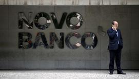 La Banque du Portugal a approuvé mardi le transfert d'obligations de la banque Novo Banco à Banco Espirito Santo (BES), une mesure qui permettra à Novo Banco, née du sauvetage du groupe BES, de renforcer son bilan à hauteur de près deux milliards d'euros. /Photo prise le 15 septembre 2015/REUTERS/Rafael Marchante