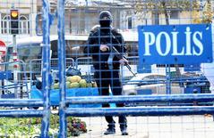 """Полицейский в турецком городе Диярбакыр. 2 декабря 2015 года. Турецкая полиция в среду задержала двух человек, предположительно членов радикальной группировки """"Исламское государство"""", которые, как подозревается, готовили атаку в Анкаре в канун Нового года, сообщил чиновник турецкого правительства. REUTERS/Sertac Kayar"""