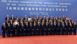 """El presidente de China, Xi Jinping (centro, al frente) posa para una fotografía junto a delegados que asisten a la ceremonia de firma de los artículos de acuerdo del Banco Asiático de Inversión en Infraestructura (AIIB), en Pekín, 29 de junio de 2015. Filipinas, actualmente en una disputa territorial con Pekín en el Mar de China Meridional, se uniría al Banco Asiático de Inversión en Infraestructura (AIIB) respaldado por China, al que describió como una """"institución prometedora"""" que podría ayudar a acelerar el crecimiento económico. REUTERS / POOL/WANG ZHAO"""
