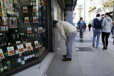 Una persona mira hacia una tienda, en el centro de Santiago, 26 de agosto de 2014. El índice de ventas reales del comercio minorista (ICVM) en Chile subió un 5,5 por ciento interanual en noviembre, pese a una débil expansión de la demanda interna, según datos difundidos el miércoles por una agencia gubernamental. REUTERS/Ivan Alvarado