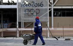 Trabalhador nas obras do parque olímpico do Rio de Janeiro. 06/10/2015 REUTERS/Sergio Moraes
