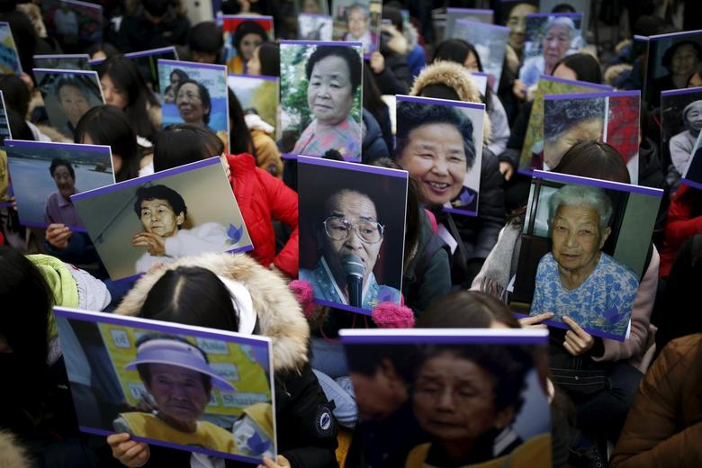 Students hold portraits of deceased former South Korean ''comfort women'' during a weekly anti-Japan rally in front of Japanese embassy in Seoul, South Korea, December 30, 2015.  REUTERS/Kim Hong-Ji