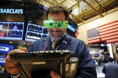 Wall Street a fini en repli jeudi, dans de petits volumes, pour la dernière séance d'une année contrastée qui a vu les trois grands indices américains enchaîner les records avant de corriger brutalement en août puis hésiter. Sur la séance de jeudi, le Dow Jones a cédé 1,02%, à 17.425,03 points et le S&P-500 0,94% à 2.043,94 points. Le Nasdaq a reculé de 1,15% à 5.007,41 points. /Photo prise le 31 décembre 2015/REUTERS/Lucas Jackson