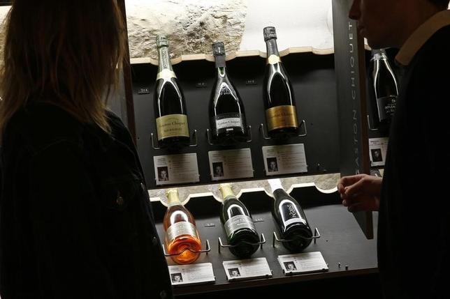 12月31日、2015年のシャンパンの世界売上高が過去最高に達する見通しとなっている。写真はパリの店頭に並ぶシャンパンのボトル。同日撮影(2015年 ロイター/Benoit Tessier)