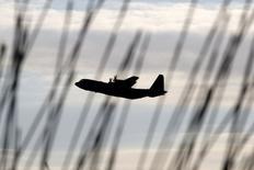 La France a validé la commande de quatre avions militaires C130 au groupe américain Lockheed Martin, une acquisition destinée à pallier les problèmes techniques et les manques de l'A400M d'Airbus. /Photo prise le 3 décembre 2015/REUTERS/Yiannis Kourtoglou