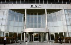 En la imagen de archivo, la fachada de un edificio de la BBC en White City, en el oeste de Londres, Gran Bretaña, el 29 de octubre de 2008. Un grupo de piratas informáticos que quiere atacar a Estado Islámico se atribuyó un ciberataque contra la BBC que realizó para probar sus propias capacidades, según un mensaje enviado el sábado a un periodista de esa emisora.  REUTERS/Alessia Pierdomenico (BRITAIN) - RTXA1F3