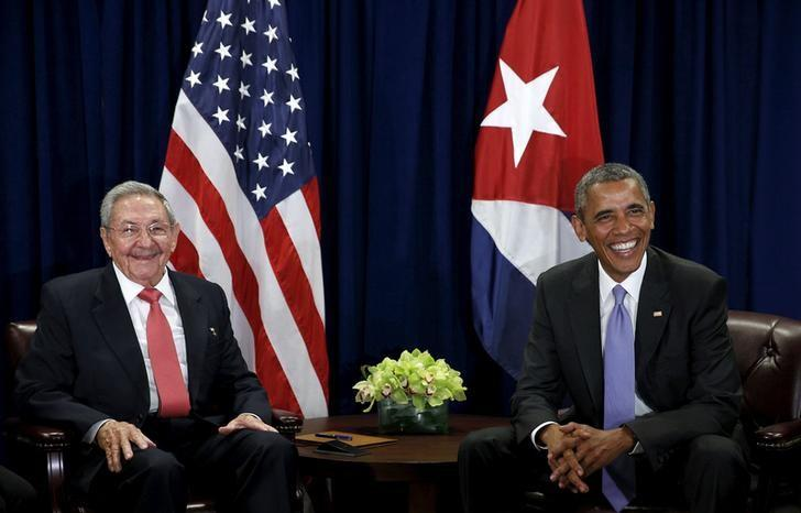 U.S. President Barack Obama (R) and Cuban President Raul Castro meet at the United Nations General Assembly in New York September 29, 2015.   REUTERS/Kevin Lamarque