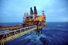 En la imagen de archivo se aprecia una sección de una plataforma petrolera de BP en el Mar del Norte, a unos 130 kilómetros de Aberdeen, Escocia, el 24 de febrero de 2014. Los grandes petroleras del mundo se enfrentan al período más largo de recorte de inversiones en décadas, ante un mercado en que los precios del crudo están en mínimos de 11 años, pero aún así se prevé que pidan más créditos para mantener los pagos de dividendos que exigen los inversores.  REUTERS/Andy Buchanan/pool   (BRITAIN - Tags: ENERGY POLITICS BUSINESS) - RTX19EES