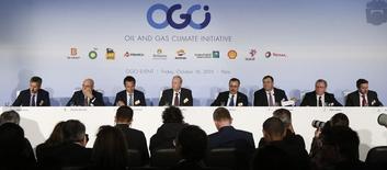 Los grandes petroleras del mundo se enfrentan al período más largo de recorte de inversiones en décadas, ante un mercado en que los precios del crudo están en mínimos de 11 años, pero aún así se prevé que pidan más créditos para mantener los pagos de dividendos que exigen los inversores. En la imagen, de izquierda a derecha, se ve a Helge Lund, CEO de BG Group, Claudio Descalzi, CEO de Eni, Emilio Lozoya, CEO de Petroleos Mexicanos (Pemex), Bob Dudley, CEO de BP, Amin H. Nasser, presidente y CEO de la compañía petrolera de Arabia Saudí Aramco, Patrick Pouyanne, CEO de Total,  Eldar Saetre, CEO de Statoil, Josu Jon Imaz, CEO de Repsol, durante una rueda de prensa en una cumbre en París, Francia, el 16 de octubre de 2015.  REUTERS/Jacky Naegelen