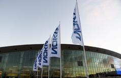 L'équipementier télécoms finlandais Nokia a annoncé lundi le succès de son offre publique d'échange (OPE) sur son concurrent franco-américain Alcatel-Lucent, ce qui débouchera sur la fusion des deux groupes le 14 janvier. /Photo prise le 2 décembre 2015/REUTERS/Vesa Moilanen/Lehtikuva