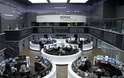 Correction  du niveau du CAC 40. Les Bourses européennes perdent plus de 2% à la mi-séance, les actions étant plombées par le regain d'inquiétude suscité par la Chine. À Paris, le CAC 40 cède 2,6% à 4.515,62 points vers 11h30 GMT. À Francfort, le Dax perd 3,76% et à Londres, le FTSE abandonne 2,23%. /Photo prise le 4 janvier 2016/REUTERS