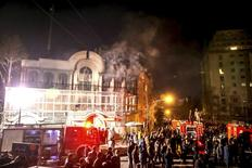 Fumaça na embaixada da Arábia Saudita em Teerã após ataque de manifestantes. 02/01/2016 REUTERS/TIMA/Mehdi Ghasemi/ISNA
