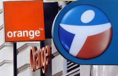 Bouygues Telecom et Orange sont au nombre des valeurs à suivre à la Bourse de Paris après la confirmation mardi de la reprise de discussions en vue d'un rapprochement entre les deux opérateurs. /Photo prise le 15 décembre 2015/REUTERS/Jean-Paul Pélissier
