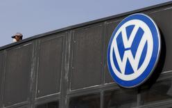 Volkswagen, qui accuse une baisse d'environ 20% à la Bourse de Francfort par rapport à son niveau d'avant le début du scandale le 18 septembre sur les tests aux émissions polluantes de ses moteurs diesel, perd encore plus de 3% mardi dans la crainte d'une forte amende aux Etats-Unis. Le groupe allemand s'expose à présent à des amendes pouvant dépasser les 90 milliards de dollars (83 milliards d'euros), après l'annonce, lundi soir, de l'ouverture d'une procédure au civil. /Photo prise le 16 décembre 2016/REUTERS/Sergio Perez