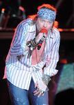 Axl Rose, líder do Guns N' Roses, durante show em Montevidéu em 2010. 18/03/2010 REUTERS/Patricia Torres