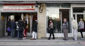 Gente entrando en una oficina de empleo en Madrid el 22 de octubre de 2015. El número de desempleados bajó en España por segundo mes consecutivo en diciembre debido principalmente a las contrataciones por la temporada de Navidad. REUTERS/Andrea Comas