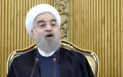 """Президент Ирана Хасан Роухани выступает в Тегеране  29 сентября 2015 года. Саудовская Аравия не сможет скрыть совершенное """"преступление"""" - казнь шиитского проповедника, вызвавшую гнев Ирана и приведшую к нападению разъяренной толпы на посольство Саудовской Аравии в Тегеране, за разрывом отношений с Тегераном, сказал президент Ирана Хасан Роухани во вторник. REUTERS/Raheb Homavandi/TIMA"""