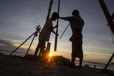Men work at the process of extracting crude oil on the seashore in Kyaukpyu township, Rakhine state, Myanmar October 5, 2015.  REUTERS/Soe Zeya Tun