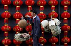 La actividad del sector de servicios de China se expandió en diciembre a su menor tasa en 17 meses, mostró el miércoles un sondeo privado, en una nueva señal de que la segunda mayor economía mundial podría estar perdiendo impulso. En la imagen se ve a un vendedor ambulante en Kuming, en la provincia de Yunnan, el 6 de enero de 2015. REUTERS/Stringer