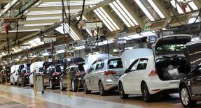 Le marché automobile allemand a progressé de 6% en 2015, avec 3.206.000 immatriculations enregistrées, selon l'association VDA des constructeurs automobiles. La production de véhicules a augmenté de plus de 2% en 2015, à 5,7 millions de véhicules. /Photo prise le 3 mars 2015/REUTERS/Fabian Bimmer
