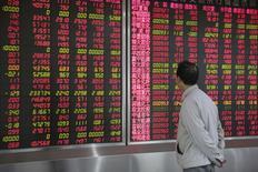 Les marchés actions chinois ont terminé mercredi en forte hausse après l'annonce du maintien jusqu'à nouvel ordre de l'interdiction imposée aux grands actionnaires d'entreprises cotées de vendre des actions. Le message a été bien reçu par les investisseurs et l'indice CSI300 des principales valeurs cotées à Shanghai et Shenzhen a gagné 1,75%, clôturant en hausse pour la deuxième séance consécutive. /Photo prise le 6 janvier 2016/REUTERS