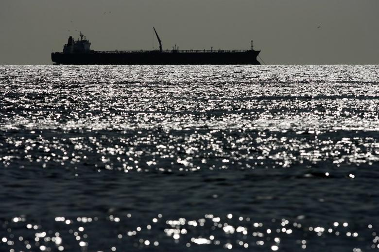 An oil tanker is seen on Lake Maracaibo in Venezuela's western state of Zulia March 1, 2008.  REUTERS/Jorge Silva