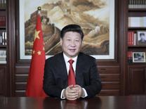 El presidente de China, Xi Jinping, duranet su discurso de año nuevo, en Pekín, 31 de diciembre de 2015. El presidente chino, Xi Jinping, dijo el miércoles que su país fortalecerá las reformas que apuntan a la oferta de bienes y servicios ahora y en los próximos años, reportó la agencia oficial de noticias Xinhua. REUTERS/Lan Hongguang/Xinhua