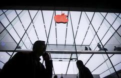 Apple Inc informó que sus usuarios gastaron más de 1.100 millones de dólares en aplicaciones en las dos semanas hasta el 3 de enero, estableciendo un récord de ventas para la temporada de fiestas. En la imagen, varias personas pasan junto a un logo de Apple en una tienda en Hangzhou, en la provincia china de Zhejiang, el 1 de diciembre de 2015. REUTERS/China Daily