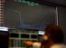Homem observa gráfico de índices em painel eletrônico na Bovespa, em São Paulo. 10 de setembro de 2015.  REUTERS/Paulo Whitaker