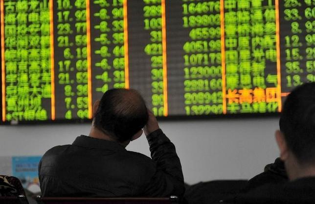 1月7日、外為市場では、中国の人民元下落が一段と進行した。これを受け周辺国の通貨も売られた。中国株式市場は急落し、再びサーキットブレーカーが発動された。杭州市で撮影(2016年 ロイター)
