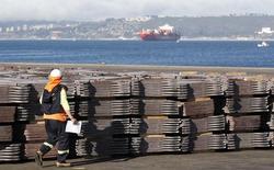 Un trabajador portuario revisa un cargamento de cobre que será exportado a Asia, en el puerto de Valparaíso, Chile. 25 de enero de 2015. El superávit comercial de Chile se desplomó a 4.142 millones de dólares en 2015, cerca de la mitad de lo anotado el año previo, por un fuerte descenso en las exportaciones encabezado por los menores envíos de cobre, dijo el jueves el Banco Central. REUTERS/Rodrigo Garrido