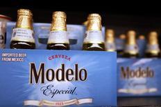 Botellas de cerveza Modelo, una marca de Constellation Brands, en un supermercado en Los Ángeles, California, 1 de abril de 2015. La firma estadounidense Constellation Brands Inc dijo el jueves que construirá una planta cervecera con capacidad de 10 millones de hectolitros en la ciudad de Mexicali y que ampliará aún más su instalación en Nava, ambas en el norte de México, para impulsar su continuo crecimiento en la industria. REUTERS/Lucy Nicholson