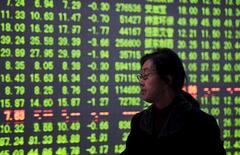 El regulador de valores de China emitió el jueves normas para limitar las ventas de títulos por parte de los grandes accionistas de las empresas que cotizan en bolsa, una medida que busca evitar un desplome del mercado, pero que podría debilitar aún más la confianza de los inversores. En la imagen, un inversor mira una pantalla electrónica con información bursátil en una correduría de Hangzhou, provincia de Zhejiang, China. 7 enero 2016. REUTERS/Stringer