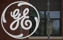 El logo del conglomerado General Electric, en la sede de la compañía en Belfort, 27 de abril de 2014. El conglomerado estadounidense General Electric Co dijo que firmó 157.000 millones de dólares en negocios en 2015 como parte de sus esfuerzos por desinvertir en GE Capital, su negocio financiero. REUTERS/Vincent Kessler