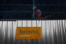 Ferrovial dijo el jueves que ha sido seleccionada para la construcción de un tramo de la Alta Velocidad de California por 347 millones de dólares. En la imagen de archivo, varios trabajadores se ocupan de una construcción de edificios llevada a cabo por Ferrovial, en Madrid, el 24 de febrero de 2015. REUTERS/Susana Vera