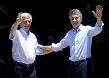 Presidentes do Uruguai, Tabaré Vázquez (E),  e da Argentina, Mauricio Macri (D), acenam para os jornalistas antes de reunião em Anchorena, perto da cidade de Colônia. 07/01/2016 REUTERS/Presidência argentina/Divulgação