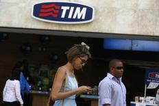 People walk in front of a Telecom Italia Mobile (TIM) store in downtown Rio de Janeiro August 20, 2014. REUTERS/Pilar Olivares