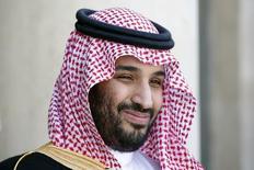 En la imagen de archivo, el príncipe saudita Mohammed bin Salman a su llegada al Palacio del Eliseo en París. 24 de junio de 2015.  El Gobierno de Arabia Saudita está considerando si vender o no acciones de la petrolera estatal Saudi Aramco como parte de un impulso privatizador para conseguir dinero en momentos en que el petróleo está barato, dijo el príncipe heredero Mohammed bin Salman a la revista The Economist. REUTERS/Charles Platiau