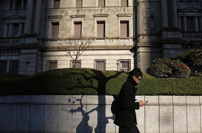1月8日、日銀が発表した昨年12月の「生活意識に関するアンケート調査」(第64回)によると、1年後の物価について「上がる」との回答が77.6%となり、前回9月調査の81.9%から低下した。写真は都内の日銀本店前で2014年12月撮影(2016年 ロイター/Yuya Shino)