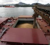 Un barco chino es cargado con granos de soja, en el puerto de Santos, en Santos, Brasil, 27 de marzo de 2013. China, el mayor comprador mundial de soja, importará 2 millones de toneladas más de la oleaginosa en el año comercial 2015/2016, a un total de 80 millones de toneladas, dijo un centro oficial de granos en un pronóstico revisado, un 2,1 por ciento más que en 2014/2015 debido a una mayor demanda de molienda. REUTERS/Paulo Whitaker