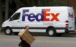 La Comisión Europea dijo el viernes que aprobó sin condiciones la compra planeada por FedEx de su rival holandesa en entregas de paquetes TNT Express por 4.400 millones de euros. En la imagen, un trabajador de FedEx entrega un paquete en Wilmette, Illinois, el 27 de octubre de 2015.     REUTERS/Jim Young