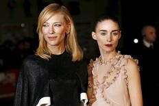 """Las actrices Cate Blanchett (izquierda) y Rooney Mara durante la presentación de la película """"Carol"""" en Leicester Square en Londres el 14 de octubre de 2015. El romance lésbico """"Carol"""" y el drama de la Guerra Fría """"Bridge of Spies"""" lideraron las nominaciones de la Academia Británica del Cine y Televisión (BAFTA) conocidas el viernes, con nueve cada una. REUTERS/Stefan Wermuth/files"""