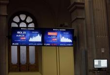 El selectivo bursátil Ibex-35 volvió a bajar con fuerza el viernes, en línea con las demás plazas europeas, presionadas por el reciente desplome de los principales índices bursátiles en China.. En la imagen de archivo, pantallas en la Bolsa de Madrid REUTERS/Andrea Comas
