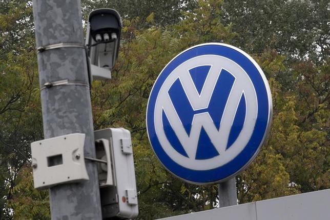 1月8日、VWの2015年自動車販売台数、中核のVWブランドが4.8%減の582万台と11年ぶりマイナスに。VWのロゴ。昨年10月撮影(2016年 ロイター/Axel Schmidt)
