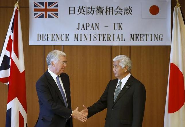 1月9日、中谷元防衛相(右)は、北朝鮮の核実験への対抗措置として韓国軍が軍事境界線で宣伝放送を再開したことについて、事態が緊迫化する恐れがあるとして注視する考えを示した。防衛省で撮影(2016年 ロイター/Toru Hanai)