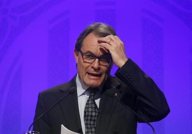 Catalan acting President Artur Mas gestures during a news conference at Palau de la Generalitat in Barcelona, Spain, January 5, 2016. REUTERS/Albert Gea