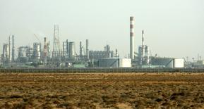 En la imagen de archivo se distinguen instalaciones petroquímicas y de refinación de Rabigh Refining & Petrochemical Co., un emprendimiento conjunto de Saudi Aramco y la japonesa Sumitomo Chemicals, cerca de Yeda, el 12 de noviembre de 2007. Arabia Saudita está considerando vender acciones en emprendimientos de refinación que tiene con petroleras extranjeras, pero no ofrecería participación alguna en las operaciones de exploración y producción de petróleo de la estatal Saudi Aramco, dijeron fuentes familiarizadas con el oficialismo. REUTERS/Ali Jarekji  (SAUDI ARABIA) - RTX9JA