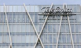 El logo de Telefónica en su sede en Barcelona el 25 de febrero de 2015. Telefónica inició el proceso para segregar sus torres y cables de telecomunicaciones en España en una nueva filial que podría llegar a valorarse en hasta 6.000 millones de euros (6.530 millones de dólares), dijo una fuente conocedora del proceso. REUTERS/Albert Gea