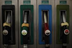 Cepsa, la petrolera española propiedad del fondo de inversión del gobierno de Abu Dhabi, anunció el lunes que ha vendido su participación del 9,15 por ciento en CLH al fondo de infraestructuras Borealis Infraestructure. En la imagen, un surtidor de Cepsa en una gasolinera en Cuevas del Becerro, Málaga, el 4 de marzo de 2011  REUTERS/Jon Nazca